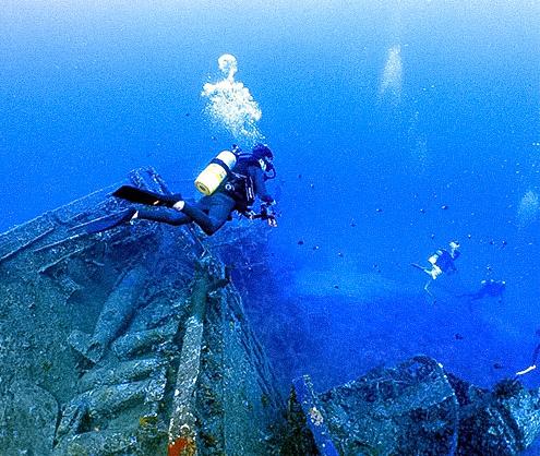 沈船探検。水深18メートル以上の様子